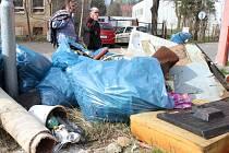 ZA DVĚ HODINY NASBÍRALI BEZDOMOVCI 10 pytlů odpadků.