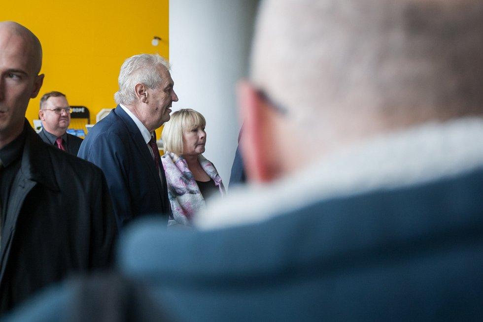 Prezident České republiky, Miloš Zeman s manželkou Ivanou, zavítal na třídenní návštěvu Libereckého kraje. Na snímku příjezd prezidentského páru ke Krajskému úřadu Libereckého kraje dne 9. května v Liberci.