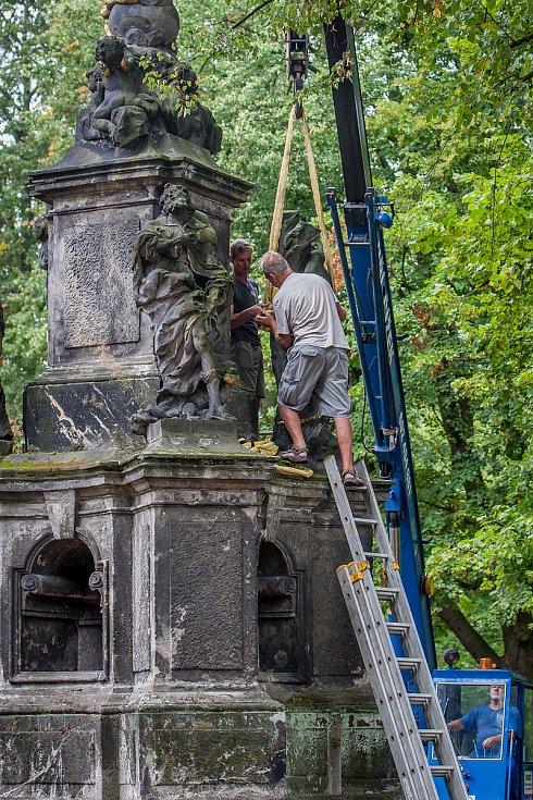 Restaurátorské práce na barokním morovém sloupu Panny Marie z dílny Matyáše Bernarda Brauna z roku 1717, který je umístěný na zahradě Kostela Nalezení sv. Kříže na Malém náměstí, začaly 10. srpna.