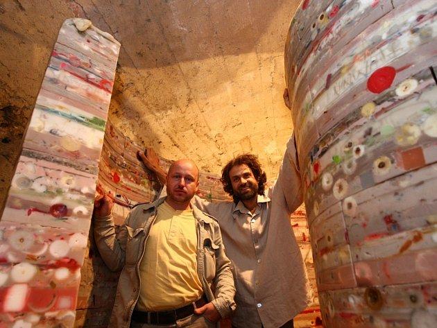 Autoři srdce Lukáš Gavlovský a Roman Švejda byli osobně přítomni instalace na Grabštejně.