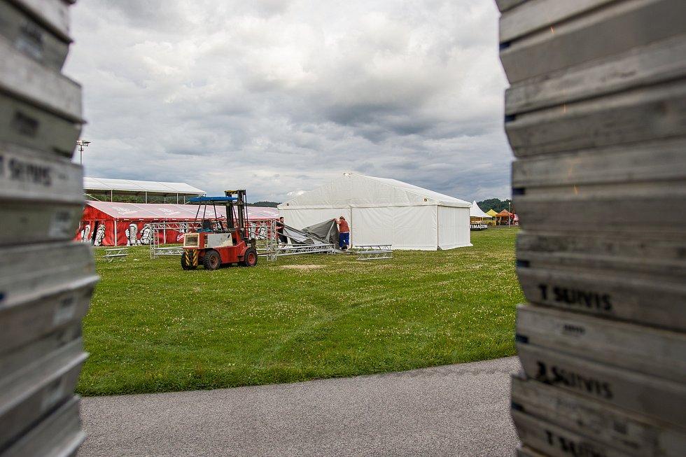 Přípravy areálu pro jubilejní 25. ročník hudebního festivalu Benátská! pokračovaly 25. července v liberecké části Vesec. Festival proběhne od 27. do 30. července.