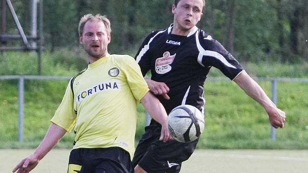 """VRATISLAVICE NEČEKANĚ PROHRÁLY. Jablonné (vpravo Pavlas) vyhrálo 1:0. Vlevo, ve žlutém,  je """"Havran"""" Vrána z Vratislavic."""
