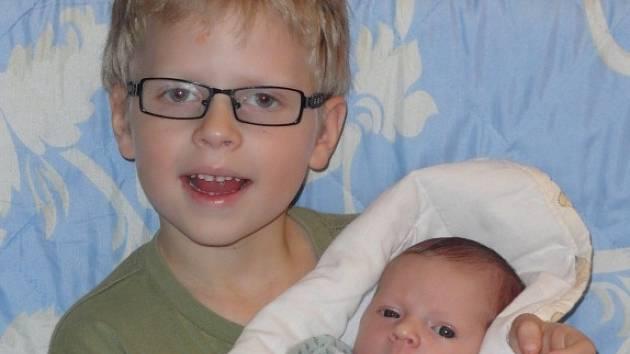 Rině a Davidu Havlíčkovým z Liberce se v sobotu 18. listopadu narodila dcera Ester (51 cm a 3260 gramů). Na snímku Ester s bratrem Denisem.