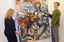Pracovníci liberecké Galerie U Rytíře, Iveta Vírová a Luděk Lukůvka, instalují jeden z obrazů nové výstavy Změť živlů, olej Heika Mattinga.