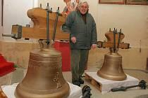 NOVÉ ZVONY. Z holandské dílny až do kostela v Železném Brodě přivezli v minulých dnech na přívěsu za osobním automobilem dva nové zvony pro místní zrekonstruovanou zvonici. Oba zvony čeká v neděli vysvěcení a 16. prosince pak náročné zavěšení.