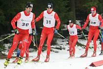 DUŠAN KOŽÍŠEK na ilustračním snímku s číslem 30 vede skupinku mužů na závodech Jablonecká šestidenní.