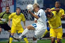 HLAVIČKA. Robin Dejmek se prosadil v hlavičkovém souboji s protřelými Angličany, ale gól z toho tentokrát nebyl.