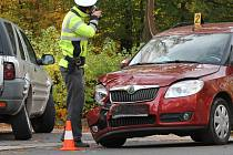 Při nehodě dvou automobilů v Klášterní ulici v Liberci se zranila jedna žena. Záchranáři ji převezli do nemocnice.