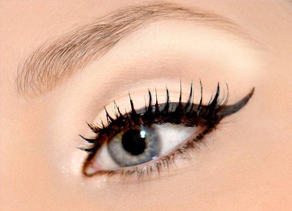 """KOČIČÍ OČI. Linky ve stylu """"Cat eye"""" jsou nejnositelnější variantou ztrendů očních linek pro rok 2014."""