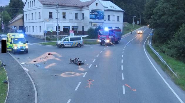 V neděli 30. července večer ve Smržovce řidička při odbočování vlevo nedala přednost v jízdě motocyklistovi a najela mu bezprostředně do jízdní dráhy.