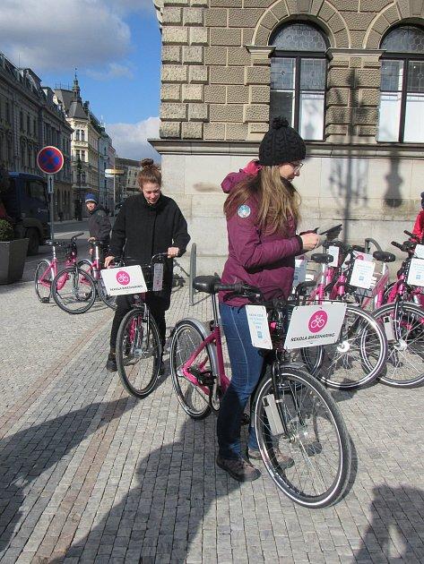 Na snímku růžová kola společnosti Rekola, která začala 21.března 2018nabízet zájemcům osdílenou cyklopřepravu své služby ivLiberci.