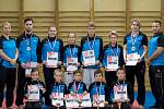 ÚSPĚŠNÍ KARATISTÉ. Medailisté z libereckého Shotokanu se svými trenéry.