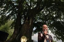 STAROSTA MĚSTA OSEČNÁ JIŘÍ HAUZER při proslovu pod tisíciletou Kotelskou lípou, která získala první místo v soutěži Strom roku 2009. Organizátorem soutěže je Nadace partnerství.