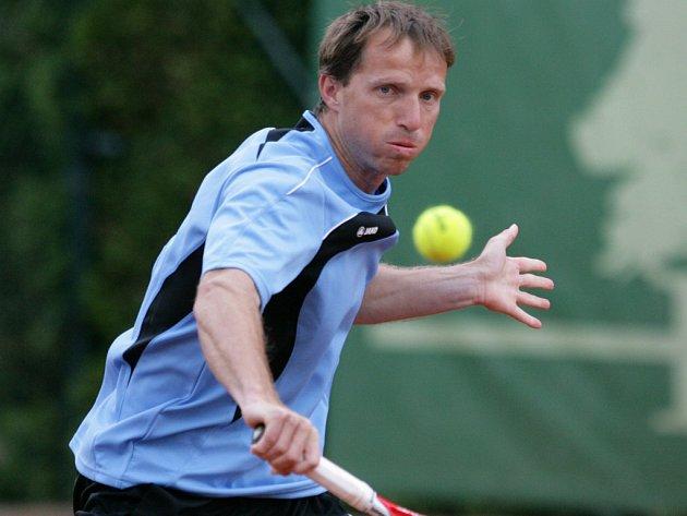 JAROSLAV POSPÍŠIL z Prostějova byl nejúspěšnějším českým hráčem na turnaji v Jablonci. Ve dvouhře skončil až ve finále a čtyřhru s parťákem Veselým vyhrál.