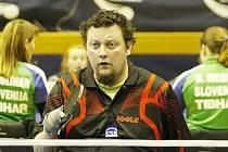 VŽDY VE STŘEHU! Jako filmový detektiv Nick Carter je ve střehu i liberecký stolní tenista Jiří Suchánek.