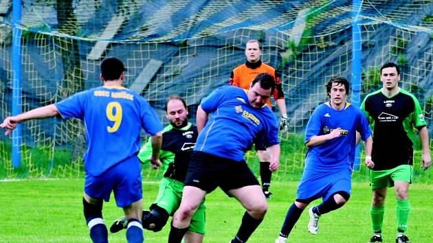 GASS MNÍŠEK REMIZOVAL S JABLONNÝM 1:1. Uprostřed v modrém dresu operuje s míčem u nohy domácí Pavel Svinka.
