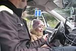 Na dopravním hřišti v Liberci. NA STRÁŽNÍKA si v policejním autě zahrála šestiletá Kristýnka.