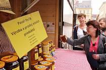 Pracovnice Státní veterinární správy na kontrole trhovců na farmářských trzích v Kostelní ulici.