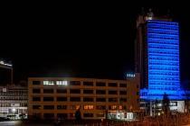 V noci na pátek 2. dubna bude čelní stěna budovy krajského úřadu svítit modrou barvou.