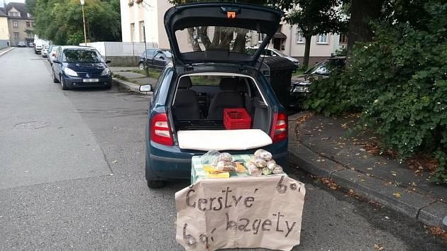 Muž prodával bagety před libereckou školou, bez povolení.
