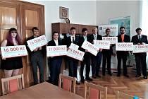 Novodobí Prokopové Divišové ze SPŠSE Liberec pro školní rok 2020/21 na společné fotografii se zástupci ČEZ Distribuce a vedením školy.