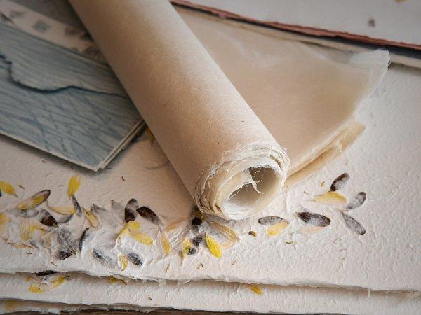 Papír zdžín nebo kávy. Ito umí ruční papírna ve Zdislavě.
