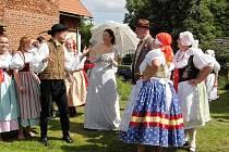 NÁVŠTĚVNÍCI Sobákovských slavností mohli mimo jiné vidět tradiční lidovou slavnost Stínání kohouta i slavnostní požehnání informační tabuli o zdejší obci.
