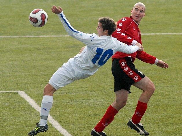 VE VZDUCHU. V krkolomné pozici se v nedělním utkání ČFL na umělé trávě v Doubí ocitl liberecký Radim Věchet (v bílém) v souboji s chebským Petrem Martínkem.