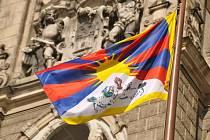 Tibetská vlajka před libereckou radnicí.