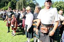 LETOŠNÍ SKOTSKÉ HRY na zámku Sychrov se objevily i v hledáčku pelhřimovské Agentury Dobrý den, která zapisuje rekordy do české podoby Guinessovy knihy rekordů. V její národní podobě se tak objeví největší počet mužů ve skotském kiltu.