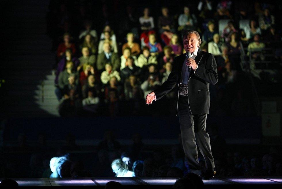 SHOWMAN. V třiasedmdesáti letech Karel Gott na pódiu dost řádil.
