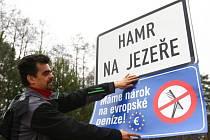 Starosta Hamru na Jezeře Dvořák vyvěsil 10. dubna v 9 hodin na příjezdové cedule transparent MÁME NÁROK NA EVROPSKÉ PENÍZE!