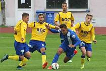 JAKO VOSY NA BONBON. Trojice agresivních teplických hráčů nedovoluje rozehrávku libereckému Chlumeckému, který vstřelil pátý gól. Vlevo je jeho spoluhráč Bláha.