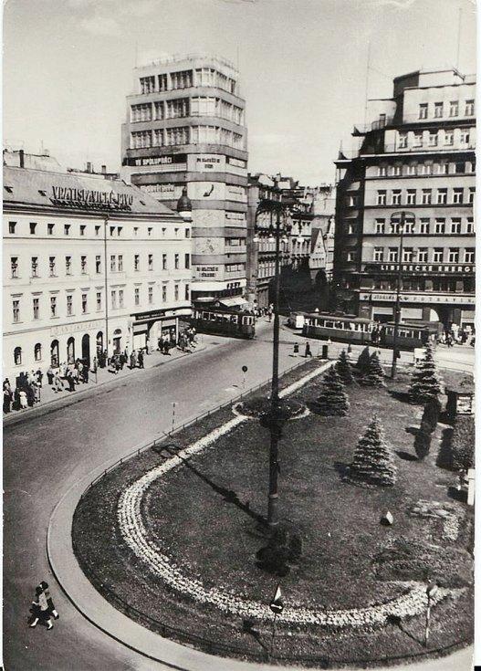Dům Baťa na Soukenném náměstí v Liberci na historické fotografii.