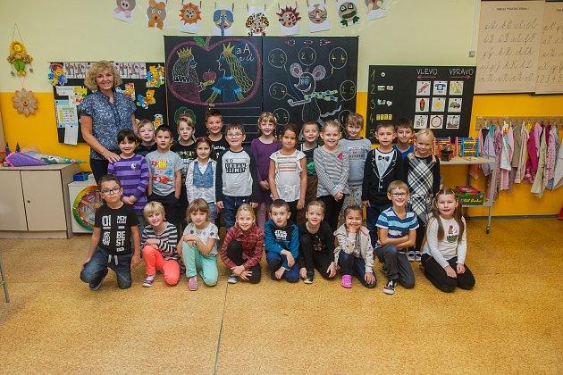 Prvňáci ze základní školy Dobiášova vLiberci se fotili do projektu Naši prvňáci. Na snímku je snimi třídní učitelka Ivana Prchalová.
