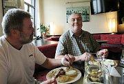 Trojice nejlepších hráčů jarní části FORTUNA Tip ligy čtenářů Libereckého deníku se sešla v liberecké restauraci Plzeňka - Duli na slavnostním vyhlášení soutěže.