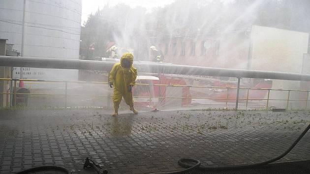 Hasiči v areálu podniku vytvořili vodní clony, kterými zkrápěli páry kyseliny unikající do ovzduší.