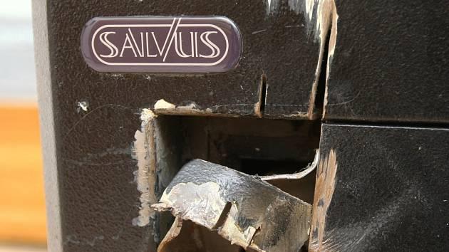 Zničený trezor po nezdařené loupeži vystavují ve směnárně v Pražské ulici v Liberci.