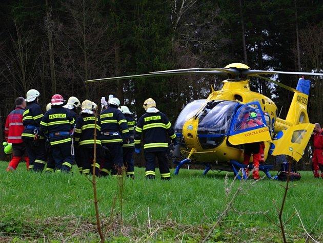 Hasiči pomáhali při ošetřování a transportu do vrtulníku.