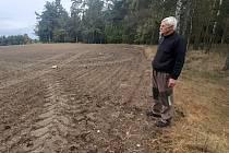 Josef Bergman u svého pozemku, jehož hranice nerespektuje místní zemědělec, který hospodaří na přilehlém poli.