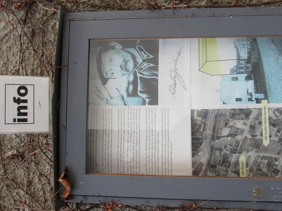 PERLOVÁ ULICE nedaleko budovy soudu byla dalším místem, kde malý Burian v Liberci žil. Ani domek v této ulici už nestojí a připomíná jej alespoň  pamětní deska na průčelí soukromé galerie Prostor 228.