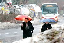 Ani obleva nerozpustila dosud hromady sněhu ve městě.