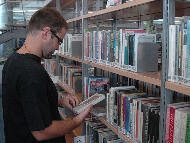 ZNOVU OTEVŘENO. Po třítýdenních prázdninách navštívilo včera Krajskou knihovnu mnoho čtenářů. Na snímku si knihu vybírá Pavel Princ.
