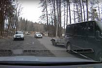 Doprava se nepřesunula na oficiálně vytyčené objízdné trasy, ale hlavně na komunikaci III/2874 přes Milíře a Rádlo, která zdaleka nemá parametry k tomu, aby absorbovala dálniční provoz.