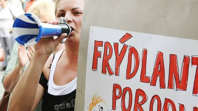Proti ukončení provozu frýdlantské porodnice, která má dobrou pověst a rodit sem chodí ženy nejen z Frýdlantska, ale i ze vzdálenějších míst, protestovaly před místní radnicí stovky žen, matek, budoucích rodiček, jejich muži a děti.