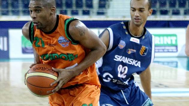 Maurice Hampton (v oranžovém) nasázel v sobotu Prostějovu 34 bodů a byl nejlepším hráčem vítězného utkání Mattoni NBL.