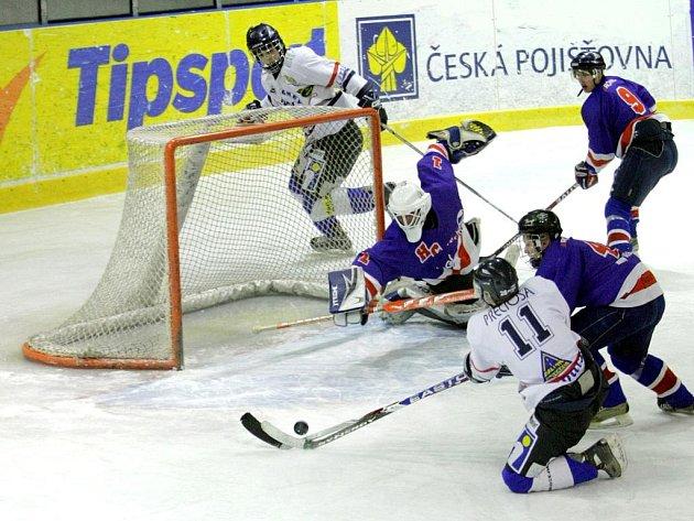 MARTIN MALINSKÝ SE NETREFIL. Hráč PSK (v bílém) právě nedal Jičínu jasný gól.