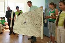 TADY ČÍHÁ NEBEZPEČÍ. Děti na mapu nakreslily, kde se necítí bezpečně.