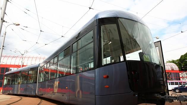 DOBŘE SI JI PROHLÉDNĚTE! Už v září se nová tramvaj, šitá na míru podmínkám provozu v Liberci, předvede na kolejích. O prázdninách ji dopravce vystaví na terminálu MHD Fügnerova.