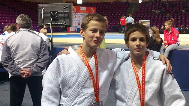 ÚSPĚŠNÍ MEDAILISTÉ Z VARŠAVY. Vlevo je Karel Buriánek, vpravo Tomáš Binhak.